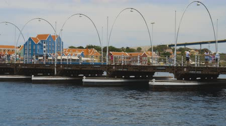 curazao : Hermosa vista del pontón en movimiento Queen Emma Bridge a través de St. Anna Bay. Willemstad Curazao 19092019 Archivo de Video