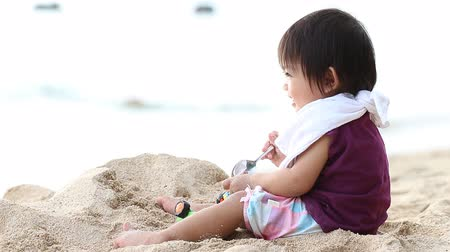 kisbaba : Footage of asian baby play sand on the beach Stock mozgókép