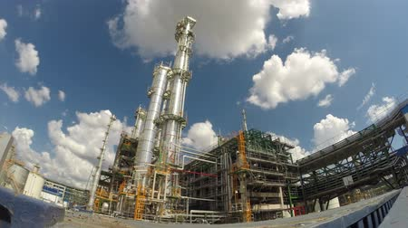 rafineria : Refinery plant with sky , Time lapse Wideo
