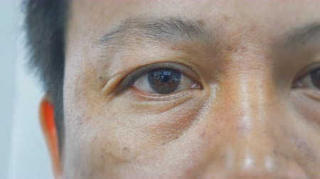 olhos castanhos : Head shot , Eye close up of Asian man Stock Footage