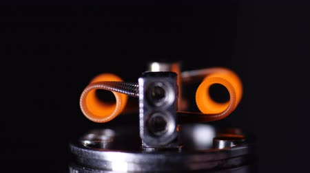 никотин : Vape macro Coil heating in atomizer for vaping or e-cigarette