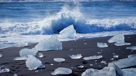expedição : Ocean waves washed icebergs. Global warming problem