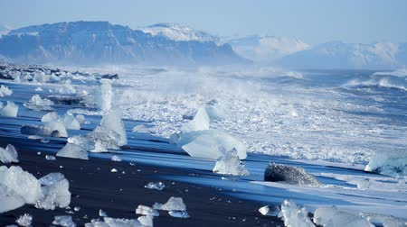 pólos : Ocean waves washed icebergs. Global warming problem