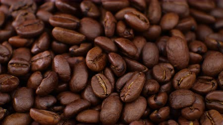 grãos de café : Coffee rotating on board Coffee beans clouse up. Beautiful seeds of coffee