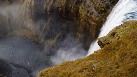 Mountaine Canyon mit Fluss und Wasserfall. Natur Island Landschaftshintergrund. Videos