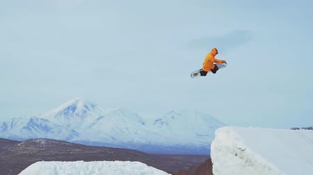 narciarz : Snowboard rider jumping on mountains. Extreme snowboard freeride sport. Wideo