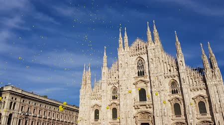 balão : Milan cathedral square with blue sky and yellow balloons fly away. italy Stock Footage
