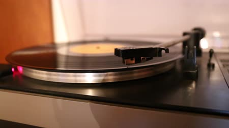 płyta winylowa : Video with running old gramophone turntable with disc. Wideo