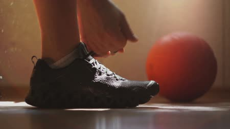 buty sportowe : The athlete wears sneakers and tying shoelaces