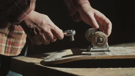 deskorolka : Restoration of the old skateboard Wideo