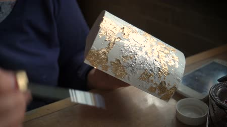 pozlacený : Applying Gold Leaf. The Artist decorates the box with a sheet of gold. Restoration of the interior Dostupné videozáznamy