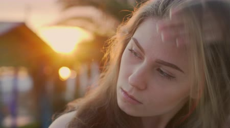 Summer portrait of an attractive young girl in the rays of the setting sun Stockvideo