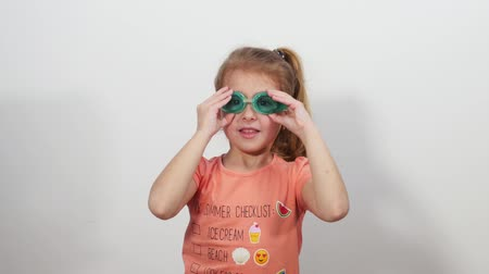 szemüveg : Little funny girl with glasses for swimming dives Stock mozgókép
