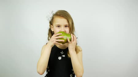 amadurecida : Child eating a big green pear