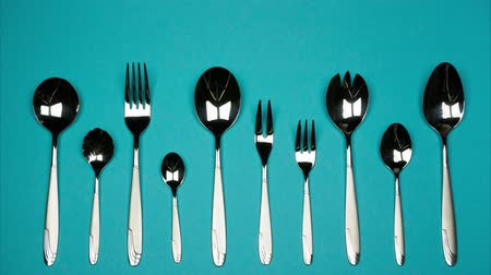 основное блюдо : Forks and spoons of different sizes. Stop motion