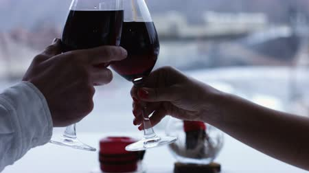 vinho : Couple toasting wine glasses close-up