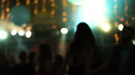 клуб : Blurred footage with young attractive people dancing in a nightclub.
