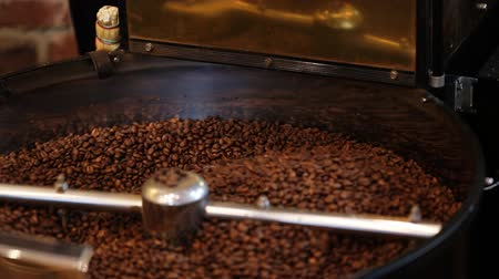 rosto : Mixing roasted coffee.
