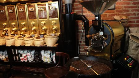 oldódó : Local coffee shop well-known by it great variety of delicious  coffee of different flavors.