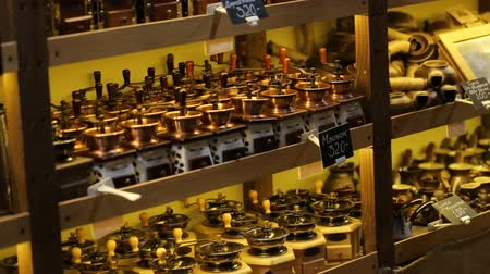 oldódó : Coffee store with a big collection of different vintage coffee grinders of diffferent size and made in various stylies for sale. Stock mozgókép