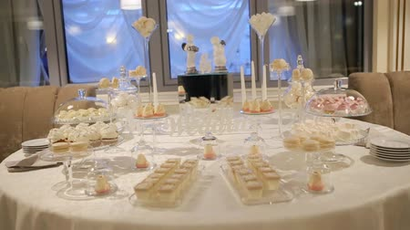 буфет : Delicious sweet desserts prepared in a good restaurant for wedding party Стоковые видеозаписи
