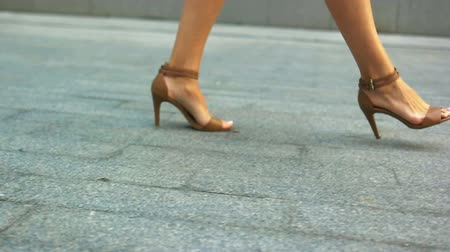 pięta : Close up of woman s legs walking outdoors in stylish summer shoes.