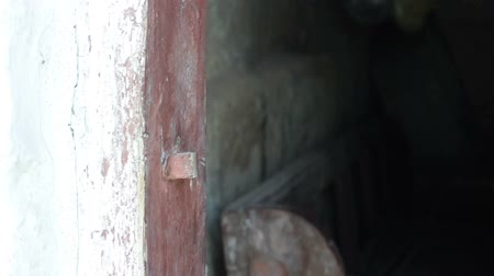защелка : Hand closes and open old wooden door with an iron latch
