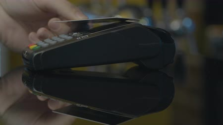 pagante : Close-up shot of person using mobile payment PayPass.