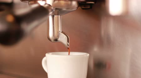 kahve molası : HD close up coffee machine pouring espresso in white cup Stok Video