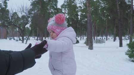 вязание : A little girl goes to her mother in the winter forest with a lump in her hand