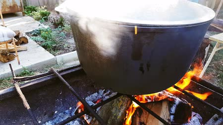 キャセロール : Bograch. Soup with paprika, meat, bean, vegetable, dumpling. Traditional Hungarian Goulash in cauldron. Meal cooked outdoors on an open fire. Delicious and healthy food popular in Central Europe