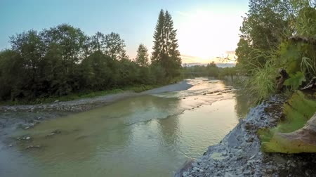 iluminado para trás : 4K timelapse of sunset over a mountain river in the Carpathians