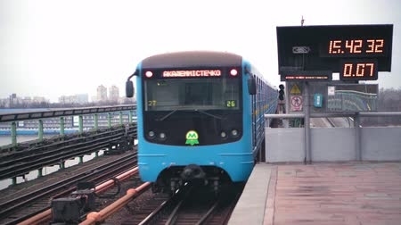 divergeren : The blue subway train leaves the ground station on the bridge across the wide Dnieper River in Kiev. Two blue subway trains diverge at a ground station on a bridge across the Dnieper River in Kiev Stockvideo
