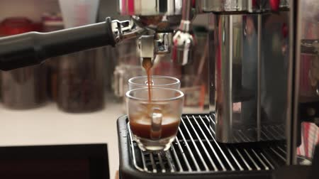 making espresso double shot in clear cup Wideo