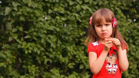 Łzy : girl eating an apple, the ball flies and hits to the head baby girl crying Wideo