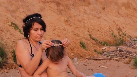 kartáč : mother brushed her hair daughter on the beach Dostupné videozáznamy