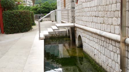 defensiva : Ditch with water around the building. Ancient means of defense. Stock Footage