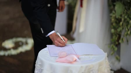 assinatura : The groom puts the signature on the wedding in Montenegro
