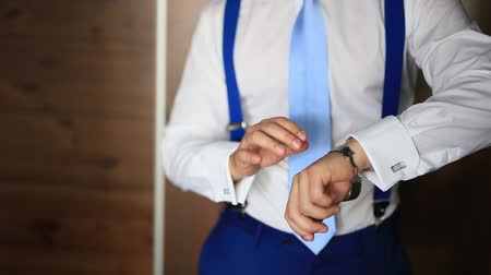 mandzsetta : A man in a shirt and tie, puts his hand on the clock. Wedding groom accessories.
