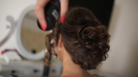 prádelník : The hairdresser does the brides hair. Professional at work. The wedding image of the bride is a hairstyle.