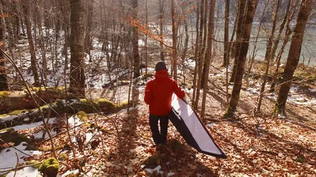 veículo aquático : Tourist carries the kayak to the water in the forest in Montenegro
