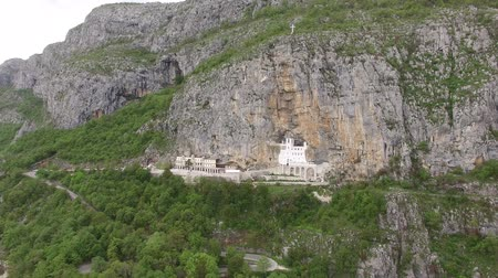 europeu : Monastery of Ostrog in Montenegro. Aerial survey of drones.