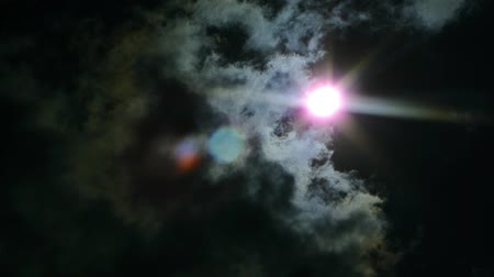 celkový : The eclipse of the sun in the sky. The eclipse through the clouds.