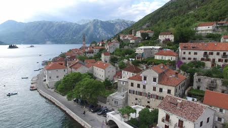 балканский : The old town of Perast on the shore of Kotor Bay, Montenegro. The ancient architecture of the Adriatic and the Balkans. Aerial survey of drones from a height. Стоковые видеозаписи