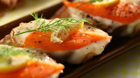 kapary : Smoked salmon with capers canape