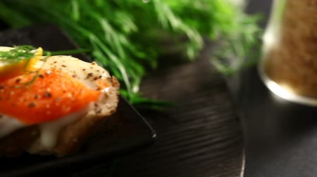 tahıllar : Smoked salmon with capers canape ready to eat Stok Video