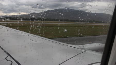 bagagem : Airplane on runway in rainy day, stock video Vídeos