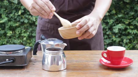 grãos de café : Homemade hot espresso brewing by moka pot, stock video