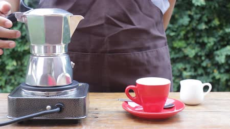 grãos de café : Homemade hot espresso drink by moka pot, stock video