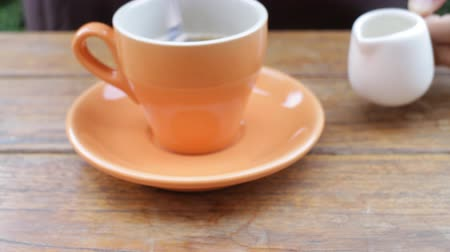 grãos de café : Serving hot cup of coffee, stock video Vídeos